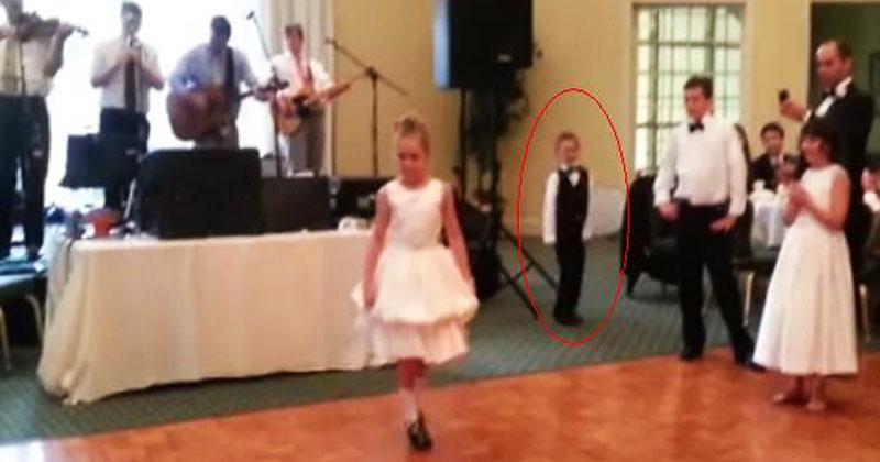 Девочка приготовилась танцевать на свадьбе. Но обратите внимание на брата позади нее!