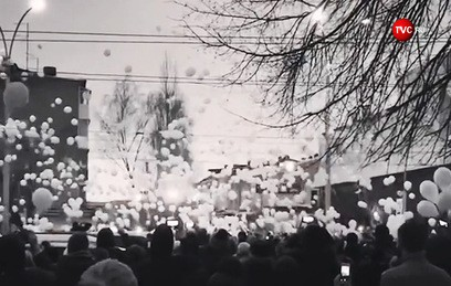 Жители Кемерова запустили сотни шаров в память о погибших