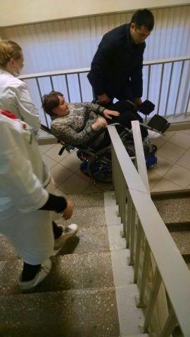 После скандального видео с ползущей по лестнице пациенткой в Уфе, врачи вынуждены носить больных на руках