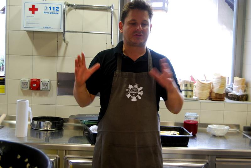 """Akademija """"JEZERŠEK"""" мастер класс, блюда приготовленные на гриле. (часть вторая, рыбно-морская). Речная форель в масле и соли, лосось с зелёным чаем, осьминог с овощами."""