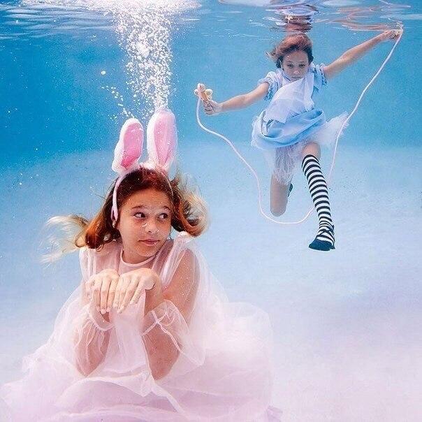 """Серия фотографий """"Алиса в подводной стране"""" от Елены Калис"""
