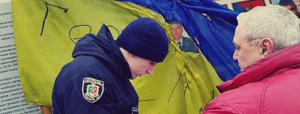 Зрада в 95-м квартале: на украинском флаге сделали надпись «Герои- сволочи»
