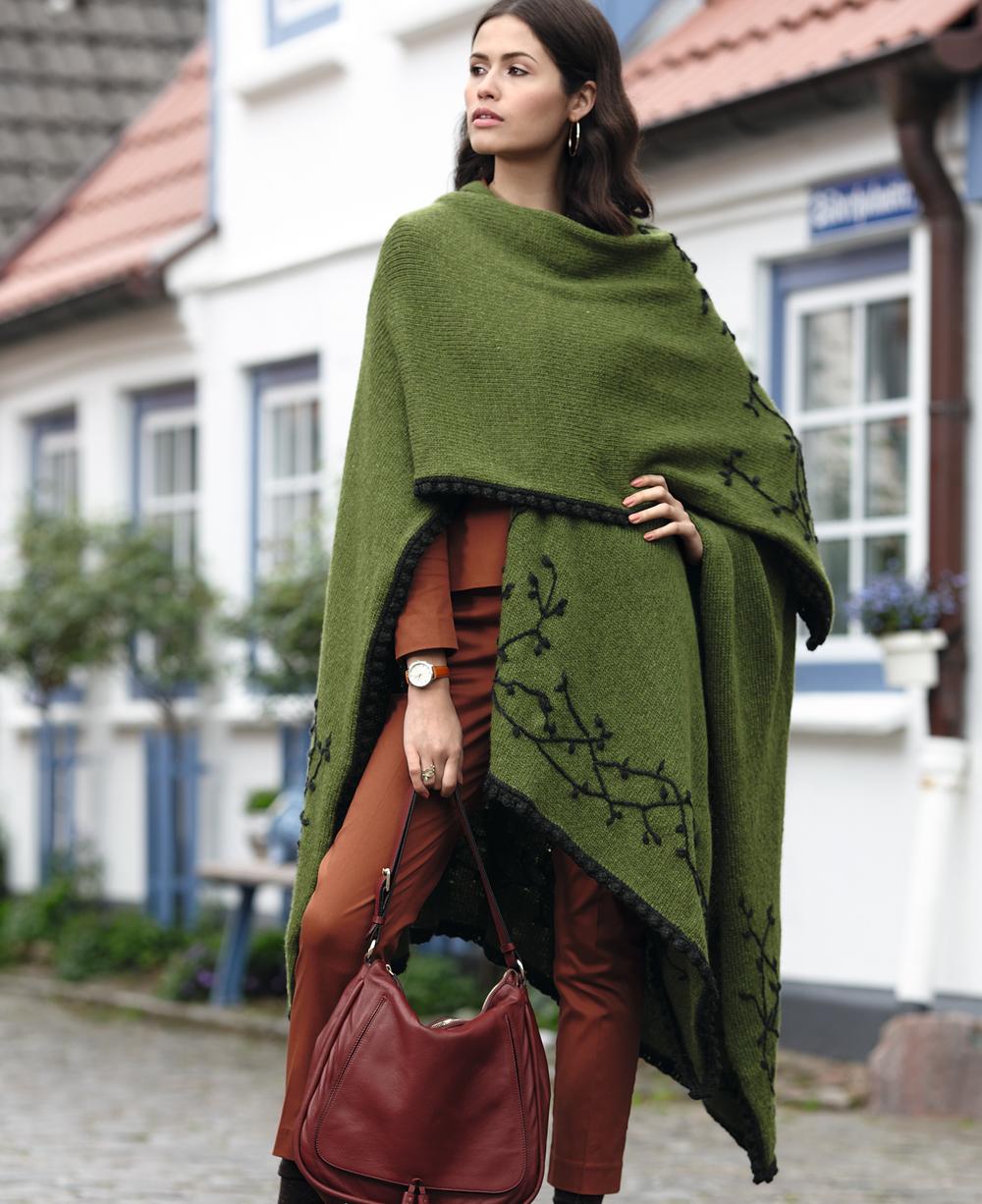 Эффектный шарф-пончо с вышивкой