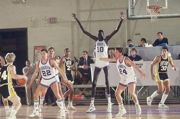 самый высокий игрок за всю историю баскетбола. Рост: 2,31 м.