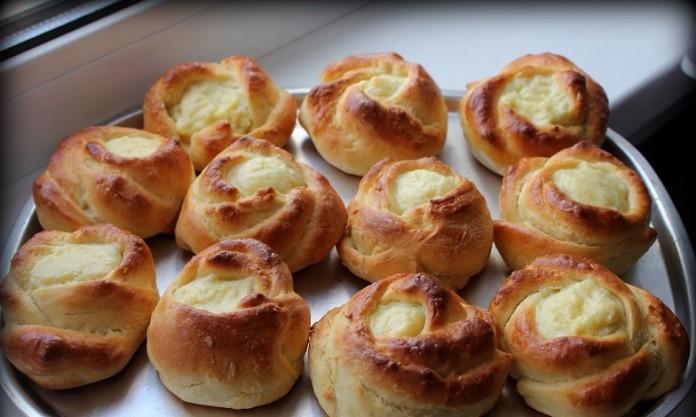 Рецепт красивой выпечки. Дрожжевые сырные розочки