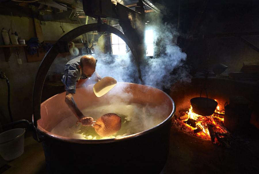 Как делают настоящий швейцарский сыр — весь процесс