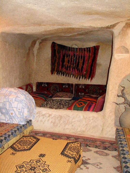 Внутри жилища в скалах Каппадокии. Турция. Фото