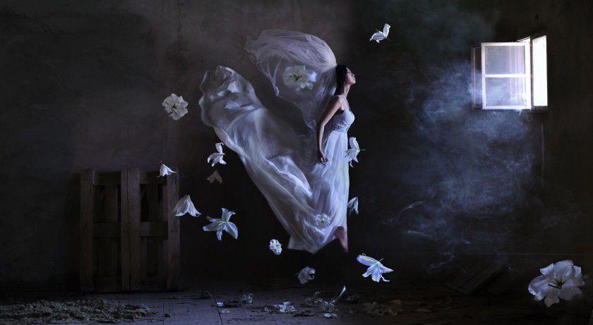 Фотохудожник из Узбекистана Равшания Азулэ создаёт парящие в  воздухе образы