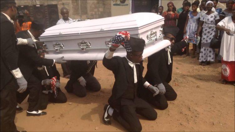 Танцующие могильщики Ганы — пугающая, но красивая экзотическая традиция