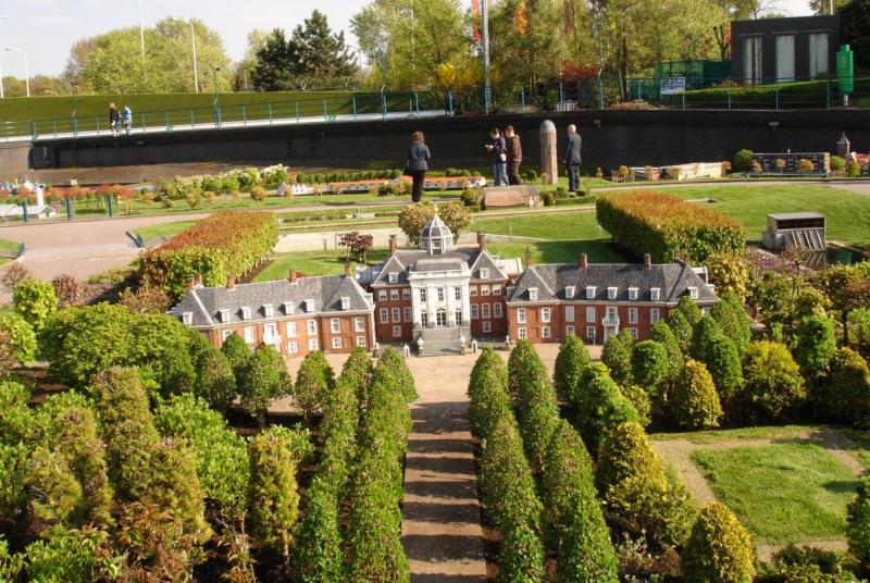 Миниатюра королевского дворца в Гааге. Парк Мадюродам. Фото