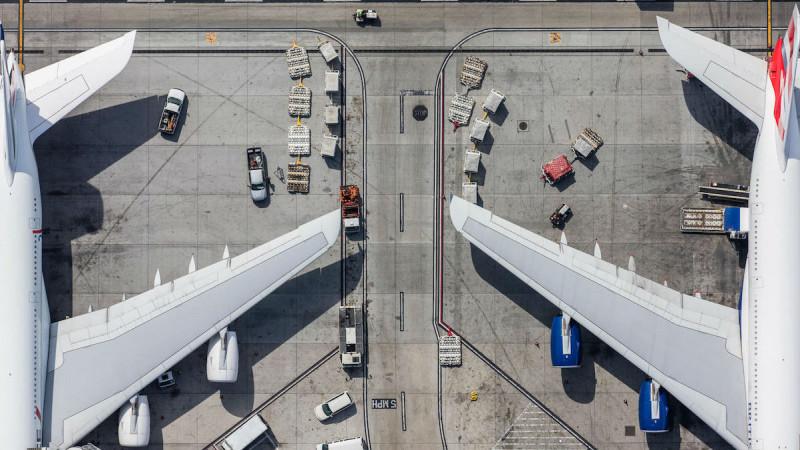 Фотограф с вертолета снимает аэропорты, и они похожи на чертежи придирчивого инженера