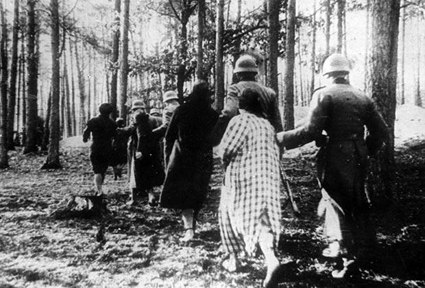 Немецкие солдаты ведут группу польских женщин