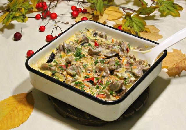 Фото к рецепту: Рагу из куриных желудочков  сливочное