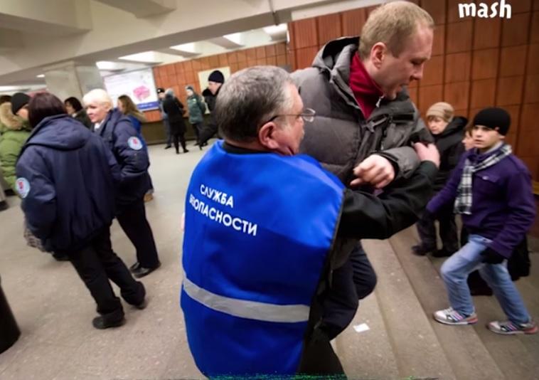 Охране метро выдадут огнестрельное оружие и официально разрешат бить людей