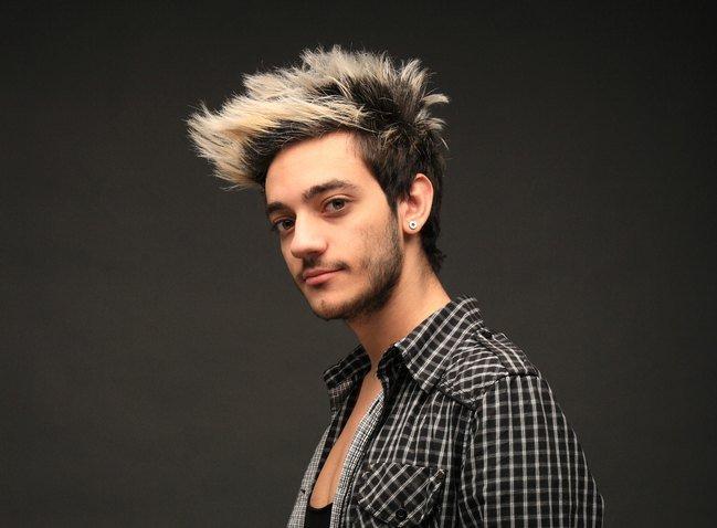 Мужчина с крашеными волосами