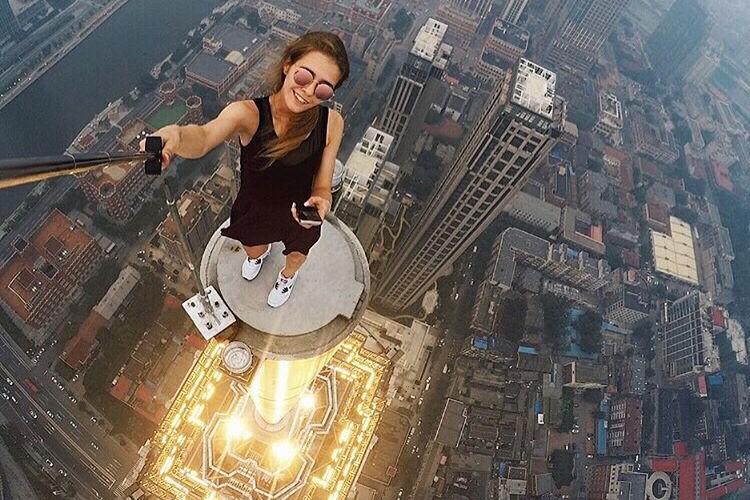 Только не пытайтесь повторять! Девушка из России делает максимально рискованные селфи
