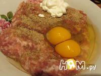 Приготовление мясного рулета с яйцом и грибами: шаг 6