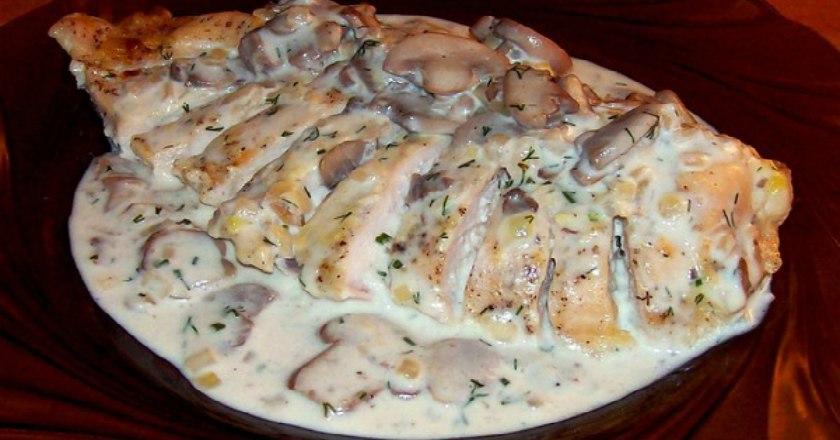 Рецепт курицы в сметанном соусе — отличное второе блюдо для семейного ужина.