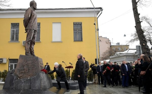 Памятник Солженицыну – почему его боятся оставить без охраны?