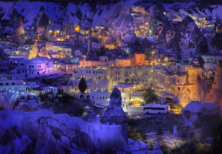 Вид городка Каппадокии ночью. Турция. Фото