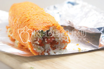 Начиная с рыбного края завернуть весь салат рулетом. Обвернуть той же фольгой и убрать в холодильник на 3-4 часа. - Салат «Царский». Фото приготовления салата с красной рыбой и икрой на новогодний стол.