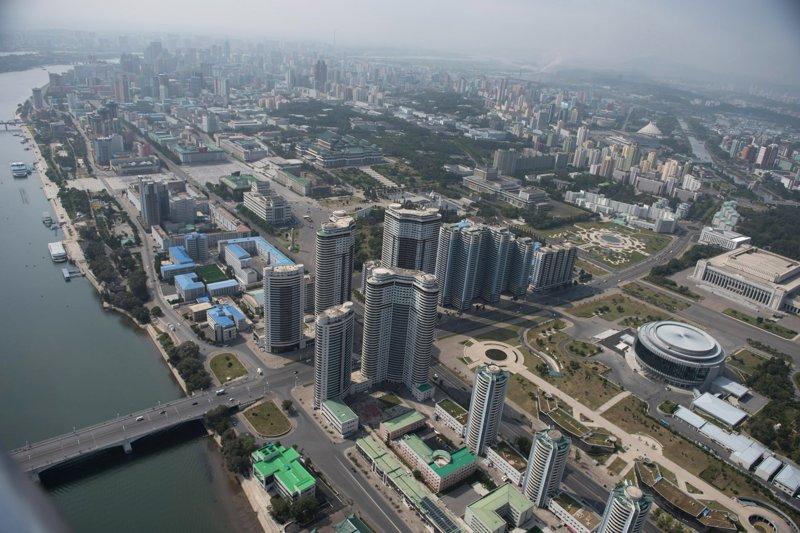 Комплекс жилых зданий высотой до 47 этажей получил в западной прессе неофициальное название «Пхеньхеттен» Арам Пан, Пхеньян, видео, красота, редкие кадры, с высоты, фотограф
