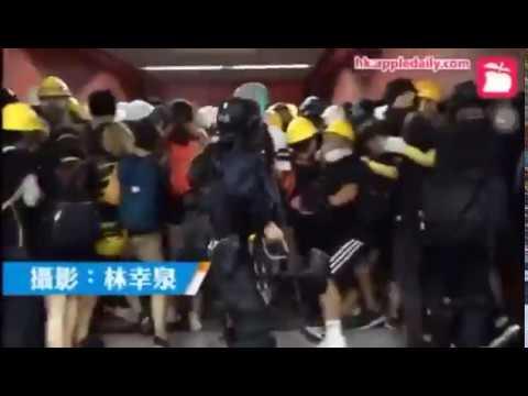 Полиция Гонконга задерживает протестующих в метро, раздавая живительные звездюли