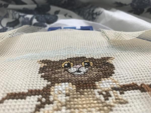 Процесс вышивки крестиком на футболке. вышивка, вышивка крестом, кот, рукоделие