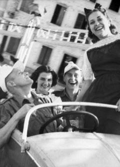 Немецкие солдаты в Италии на отдыхе с местными жительницами. 1944 год. Фото Bundesarchiv