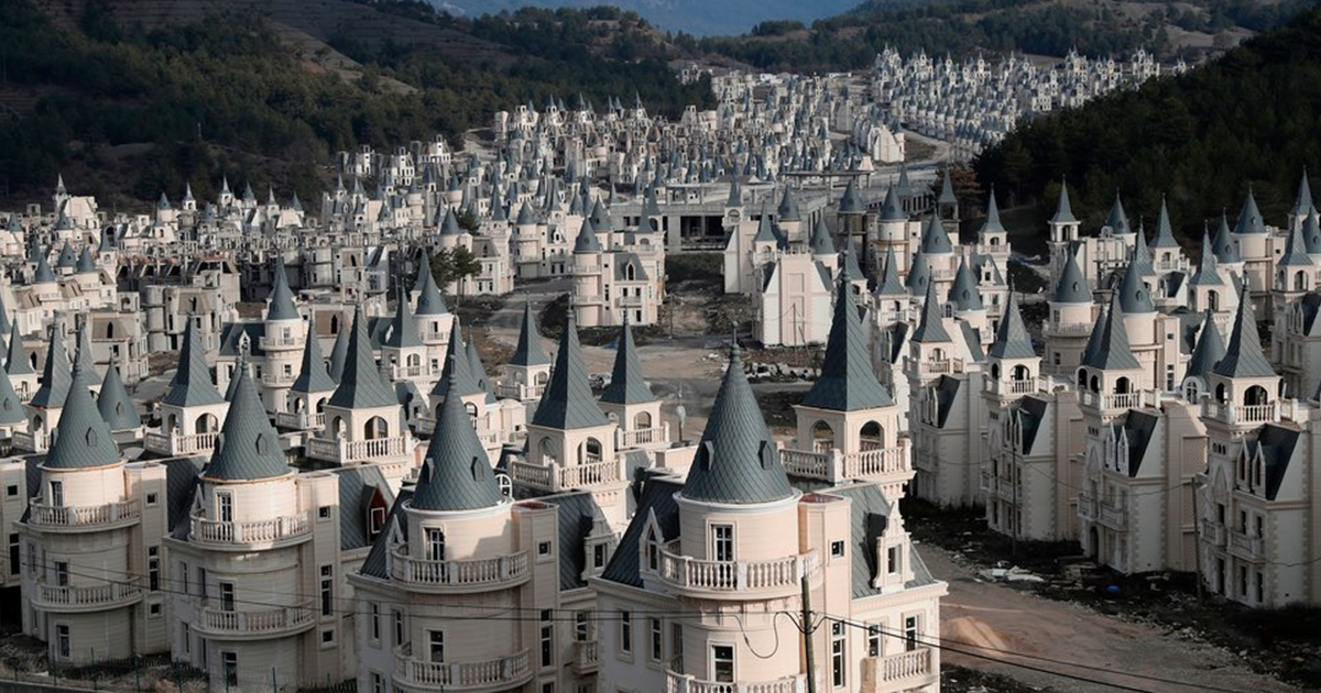 Someone Thought That Building A $200 Million Village Of Disney-Like Castles Was A Good Idea, It Was Not