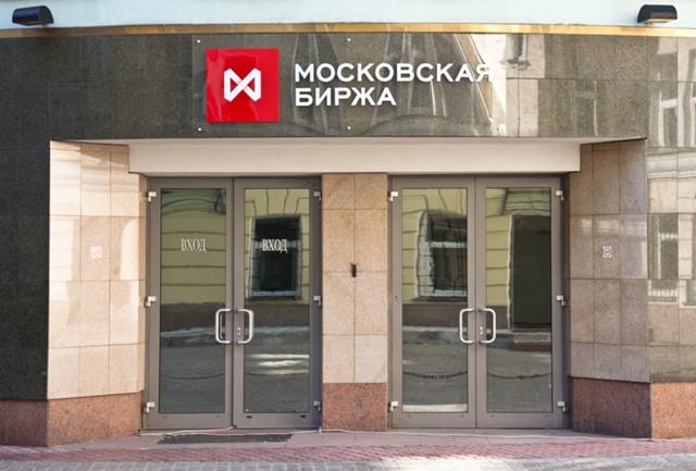 Рубль укрепился к бивалютной корзине в начале торгов
