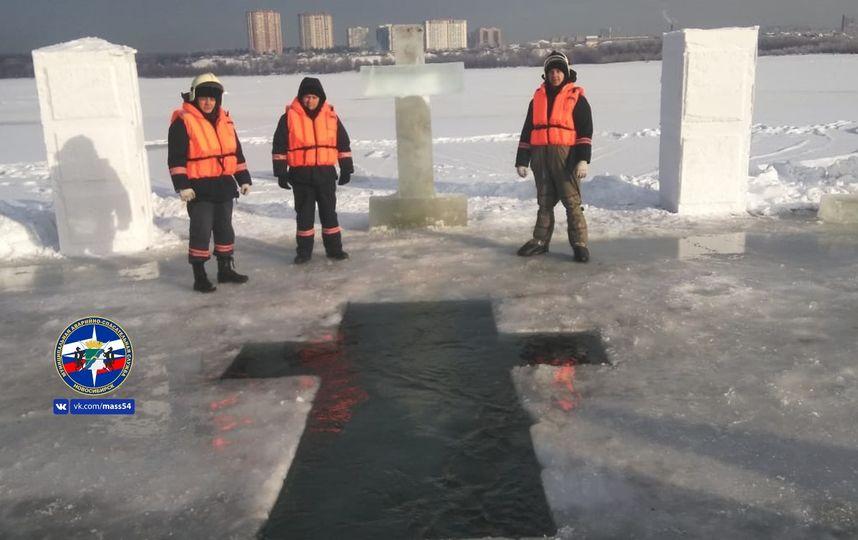Спасатели МАСС готовят проруби для Крещения