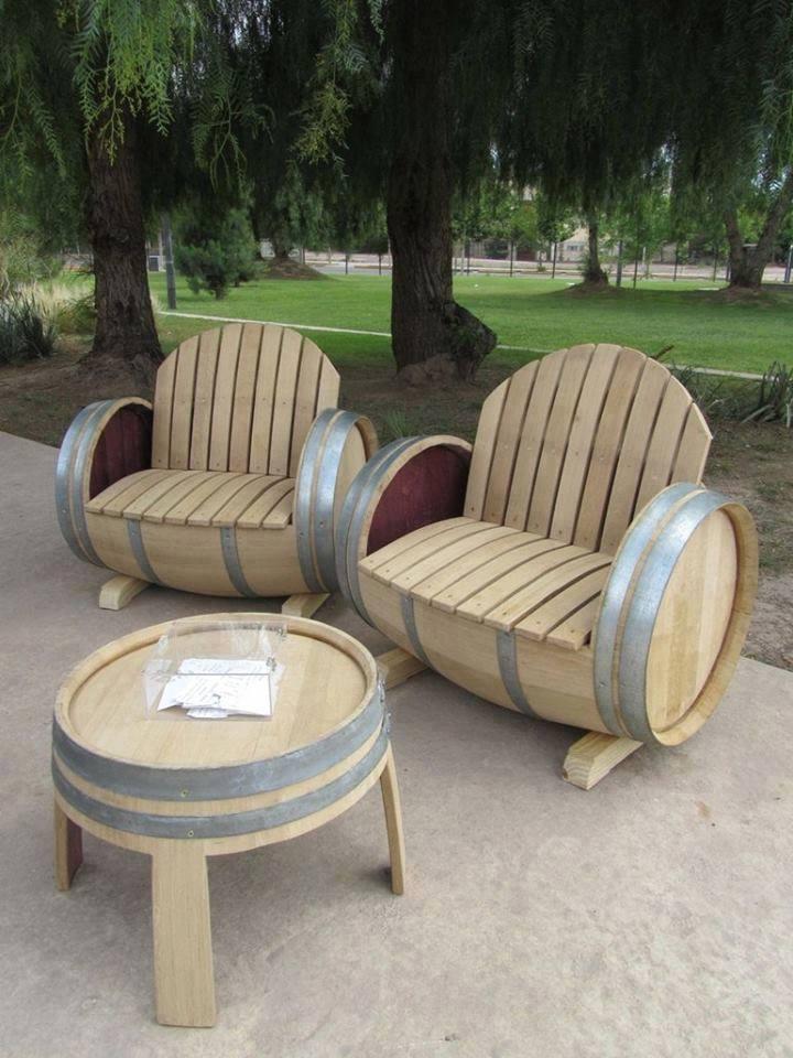 Кресла и столик из бочек