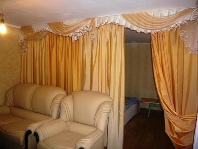 Разделить комнату шторами своими