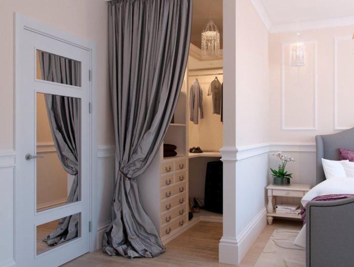Маленькая гардеробная в спальне.