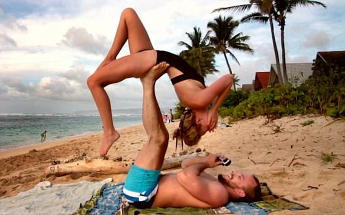 Парень сделал предложение своей девушке прямо во время выполнения йоги