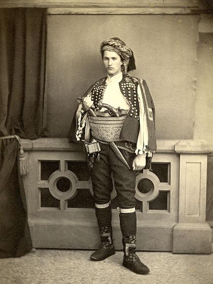 «Пуговица — это оберег»: история одного костюма