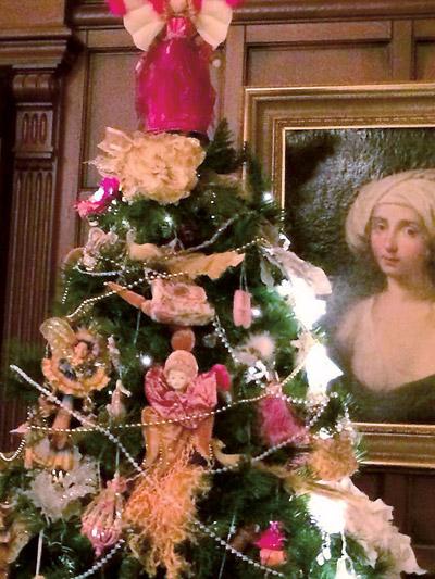 Пугачева и Галкин всегда  ставят несколько елок.  Одну – обязательно  в каминном зале