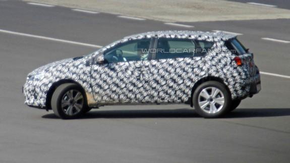 Шпионы засняли Toyota Auris с увеличенным клиренсом