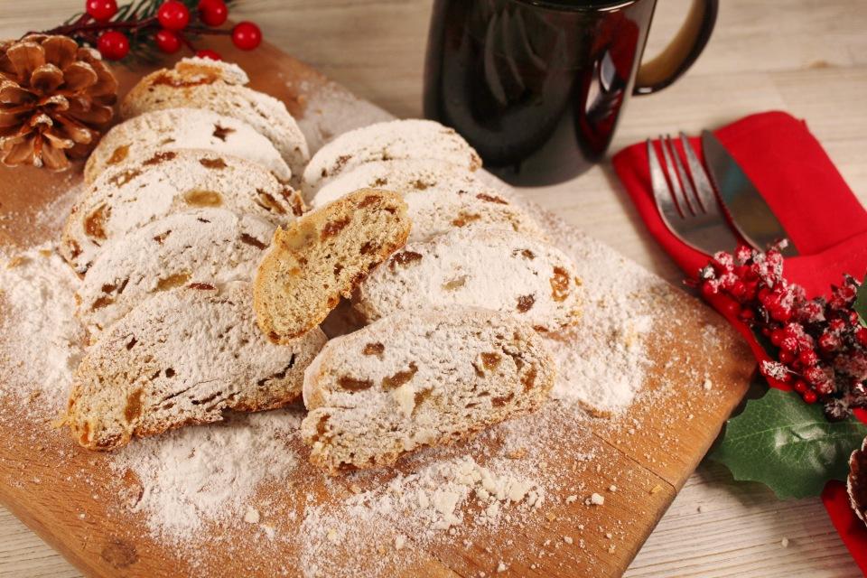 Рождественский штоллен - немецкий праздничный кекс.