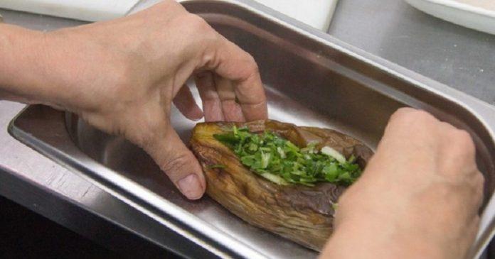 Под этим ореховым соусом баклажаны превратились в деликатес! Прохладно и пикантно.