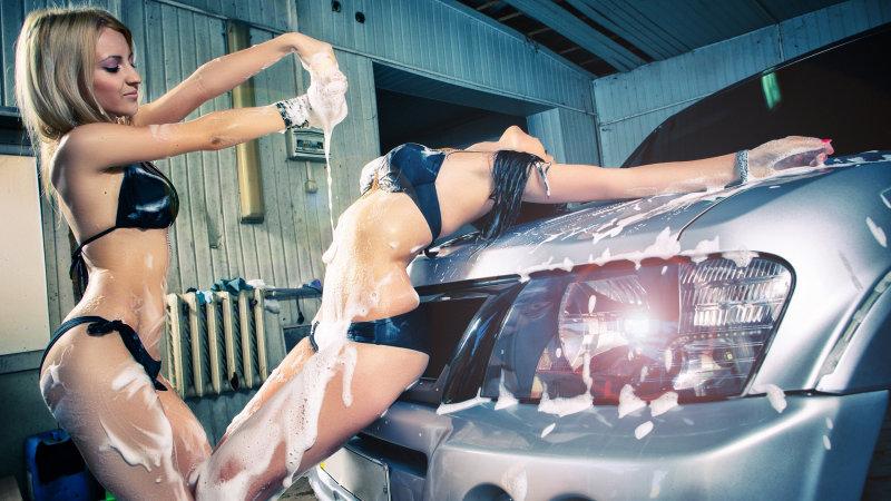 Девушки моют автомобили и себя заодно (23 фото)