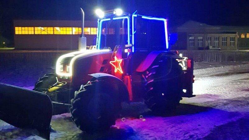 Предприниматель на украшенном тракторе четыре года чистит улицы своего села вместо коммунальщиков