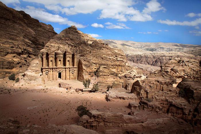 Храм, построенный древними людьми в скале.