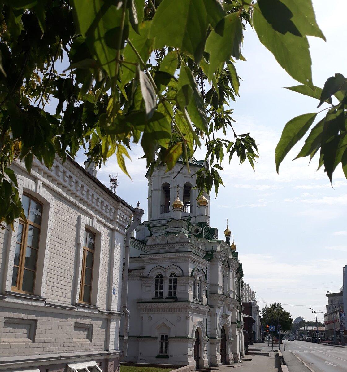 Церковно-приходская школа на фоне Спасской церкви.