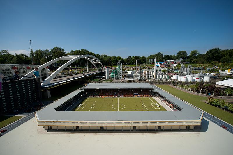 Миниатюрный стадион. Парк Мадюродам. Фото