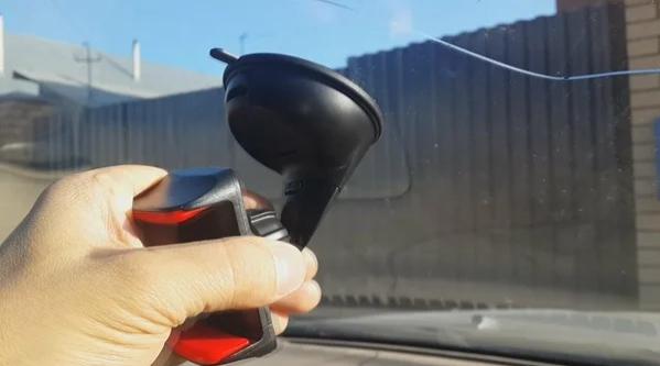 Хитрость автолюбителей, позволяющая надежно закрепить присоску на лобовом стекле