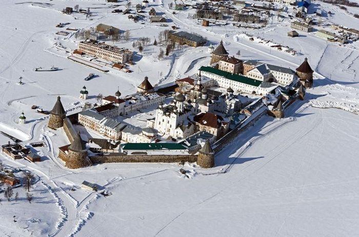 Монастырь на самом большом по площади острове архипелага.