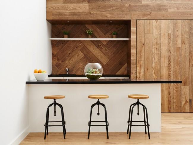 Фартук стильной кухни из брашированной древесины
