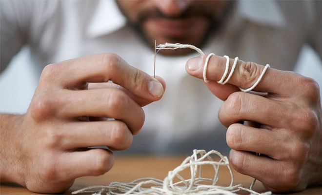 Восхитительный способ вдеть нитку в иголку